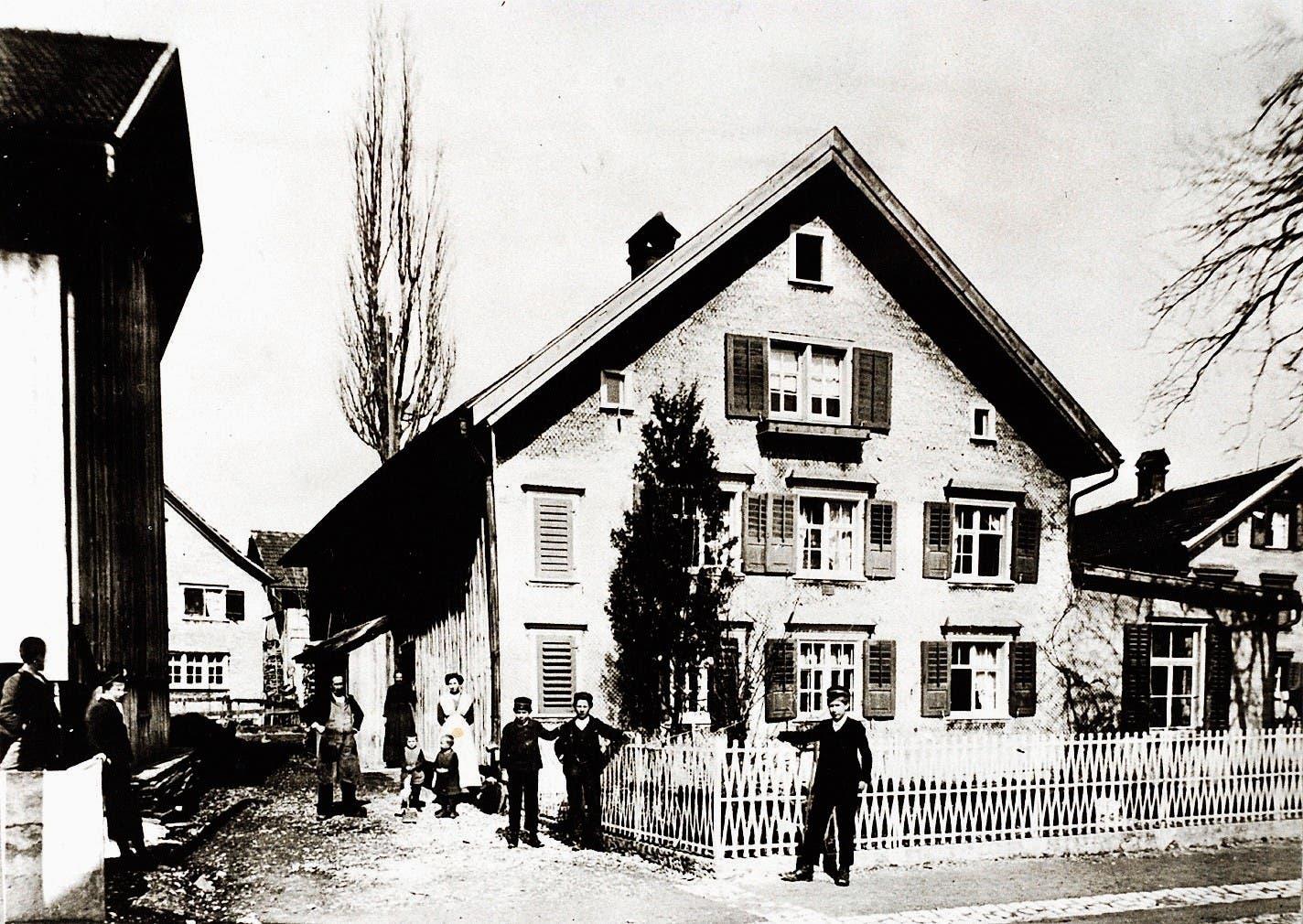 Das letzte Bauernhaus mit Sticklokal an der Bahnhofstrasse war im Besitz von Johannes Rohrer-Bösch und wurde 1929 abgerissen.