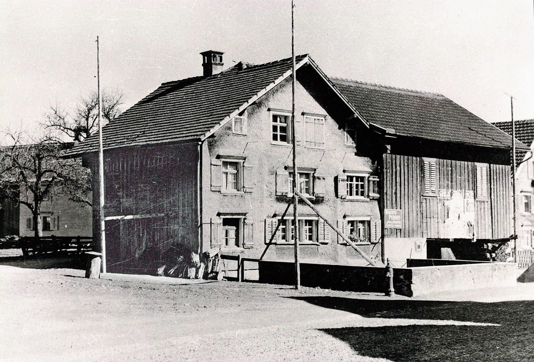 Das 1927 abgebrochene Bauernhaus von Andreas Rohrer mit mauerumstellter Mistgrube direkt an der Strasse.