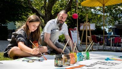 Der Kuenstler Martin Gut beim Malen mit Magalin Chloe Goldschmidt bei der Buvette beim Inseli Luzern am Samstag, 7. Juli 2018. In den Sommermonaten kann beim Inseli unter Aufsicht von Kuenstlern gemalt werden.