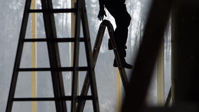 Auf dem Bau und im Gastgewerbe gelten auch für Flüchtlinge die in Gesamtarbeitsverträgen ausgehandelten Mindestlöhne. (Symbolbild: Urs Flüeler/Keystone)