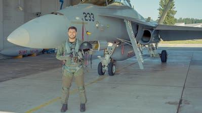 Der Thurgauer Maurice «Moe» Mattle vor einem Kampfjet des Typs F/A-18D.