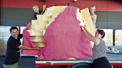Die acht Meter grosse Burnina bekommt ein Push-Up-BH und Stroh ins Dekolleté