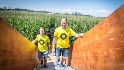 Die «Maila»-Veranstalter Andreas Beurer und Marc Azzali steigen auf den Aussichtsturm. (Bild: Andrea Stalder)