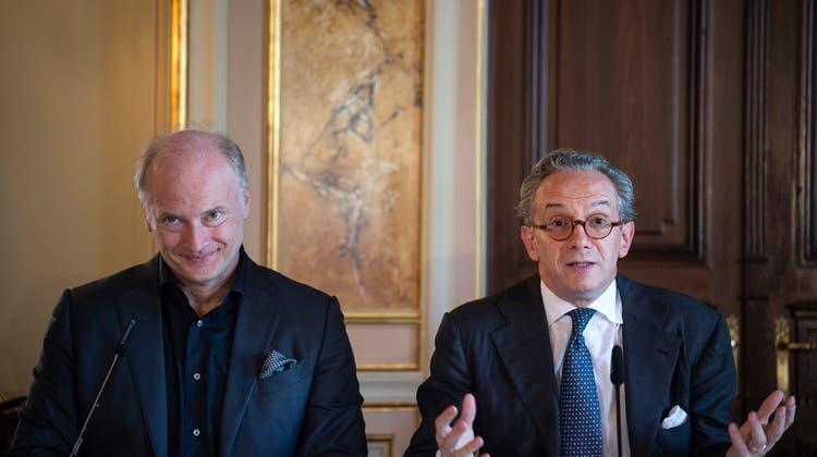 Gianandrea Noseda, Generalmusikdirektor ab September 2021, links, mit seinem Vorgänger Fabio Luisi ander Medienkonferenz des Opernhaus Zürich. (Bild: Melanie Duchene/KEYSTONE)