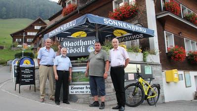 Die scheidenden und die neuen Vorstandsmitglieder der Genossenschaft: Philippe Jeanmaire, Rolf Geiger, Heiri Rhyner und Mathias Arendt (von links). (Bild: Martin Knoepfel)