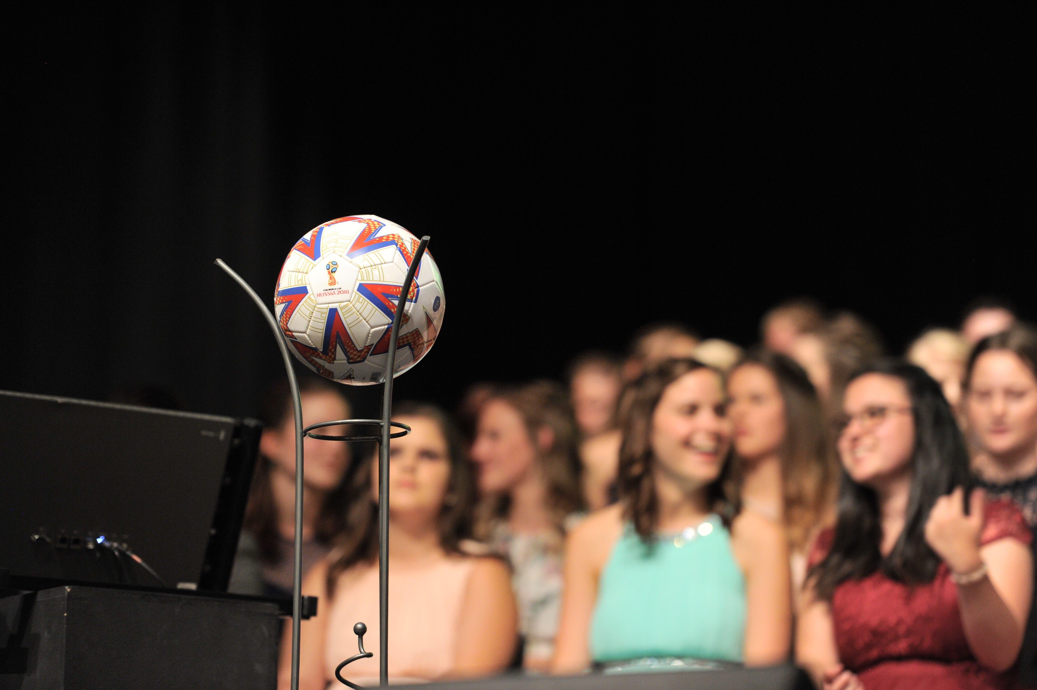 Auch ein Fussball durfte an der Feier nicht fehlen.