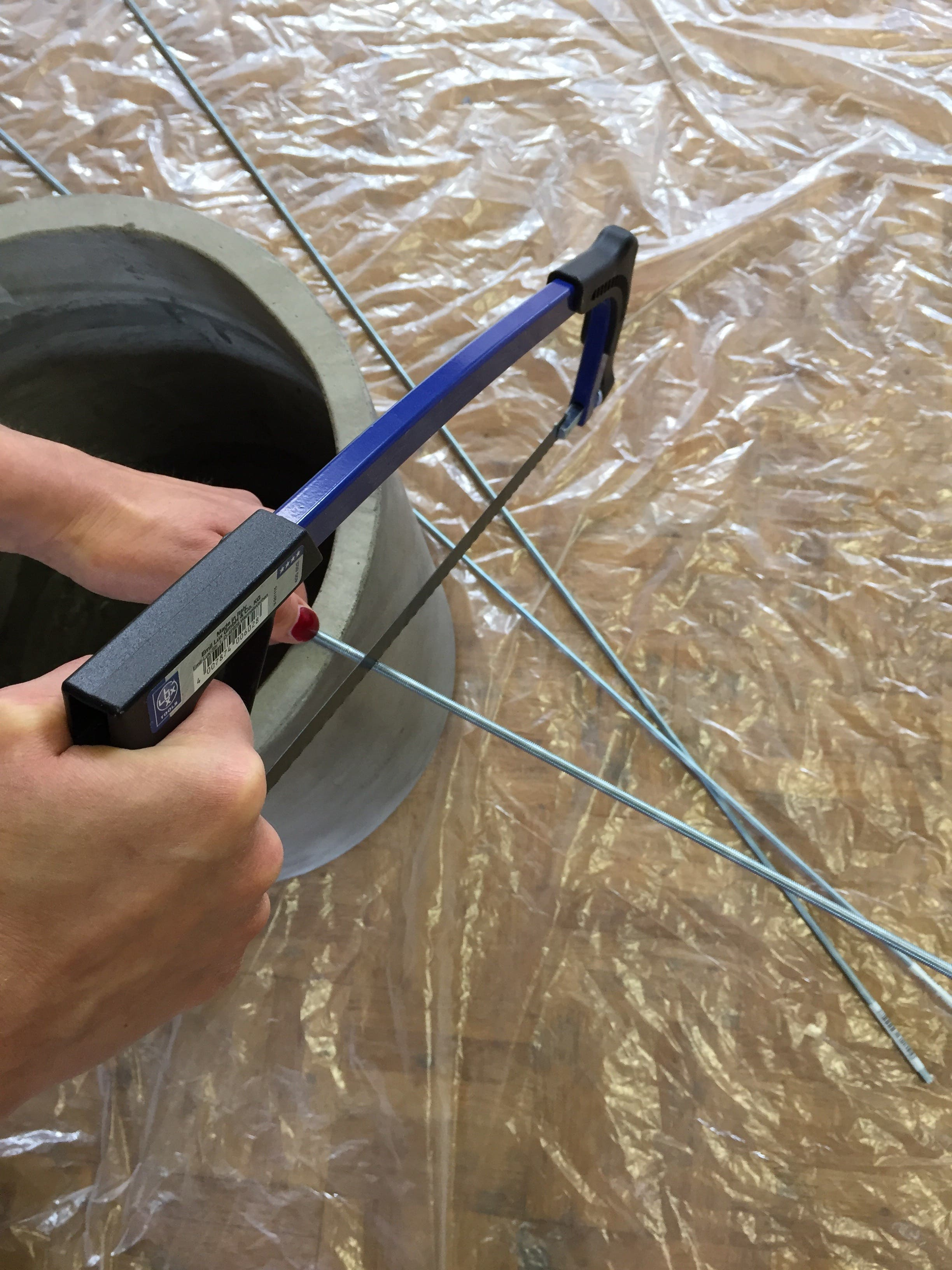 Als Nächstes die Gewindestangen mit einer Metallsäge kürzen, sodass sie genau in den Topf passen. (Bild: Migros)