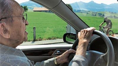 Hans Golde vor seinem Wagen. (Bild: Roger Fuchs)