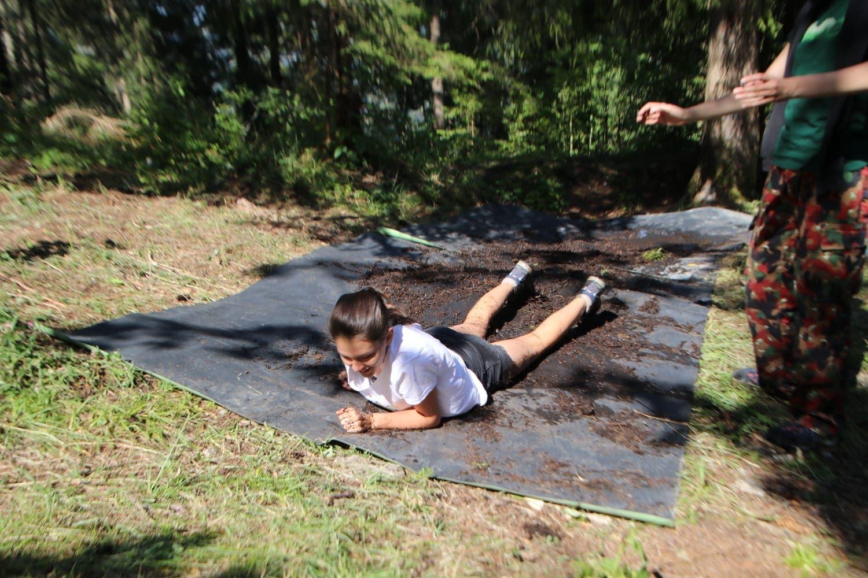 Auf dem Militärparcours: Ein Mädchen des Blaurings Sachseln robbt in Schwarzsee FR durch den Schlamm. (Bild: Samira Gasser)