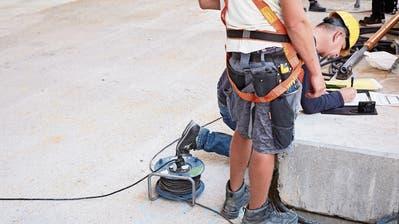 Arbeitsmarktkontrolleur Roger Kaufmann auf einer unangemeldeten Kontrolle auf Baselbieter Baustellen. Bild: Jakob Ineichen (Sissach, 18. Juli 2018)