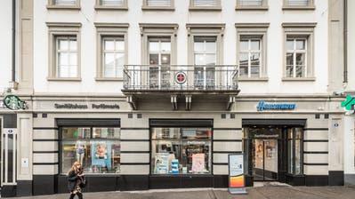 Die Valiant-Bank zieht 2019 an die Marktgasse 11. Dort war bis vorigen September während 145 Jahren die Hecht-Apotheke daheim. (Bild: Hanspeter Schiess, 1. September 2017)