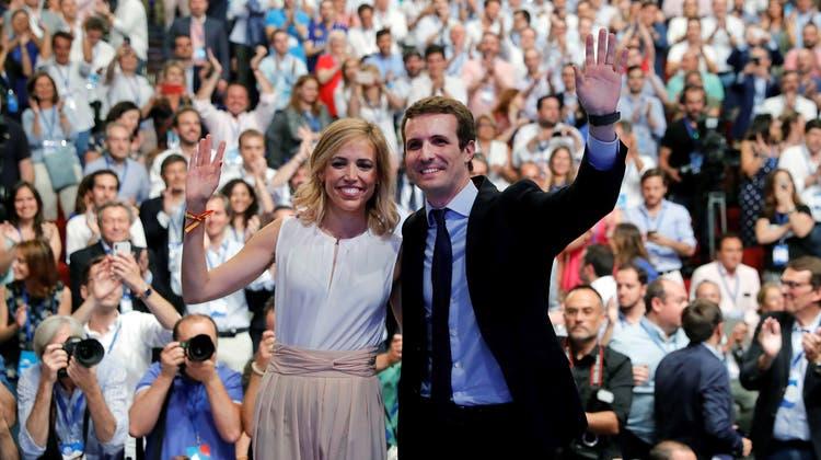 Pablo Casado und seine Frau Isabel Torres nach Wahl am Parteitag des Partido Popular. (Bild: Juan Carlos Hidalgo (Madrid, 21. Juli 2018))
