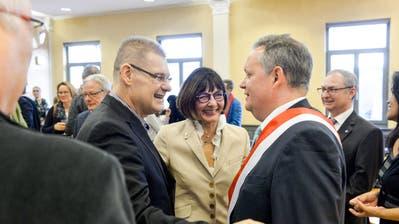 Ein Bild vom Januar: René Zweifel gratuliert dem neuen Stadtpräsidenten Thomas Niederberger zu seiner Wahl. (Bild: Donato Caspari)