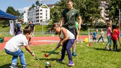 Kinder spielen am Tag der Luzerner Sportvereine Landhockey auf der Allmend in Luzern. (Bild: Philipp Schmidli,3. September 2017)
