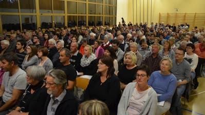 Die Stimmbürger versammeln sich in der Turnhalle Hörhausen. (Bild: Margrith Pfister-Kübler)