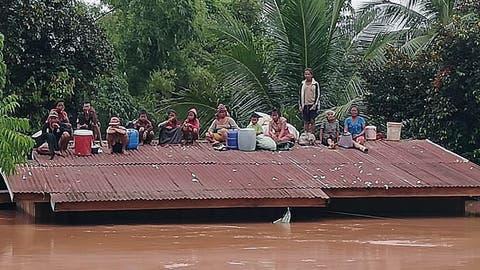 Dorfbewohner sind vor den Wassermassen auf Dächer geflüchtet. (Bild: EPA, Attapeu-Provinz, 24. Juli 2018)