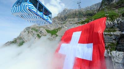 600 Arbeitsstunden sind zur Herstellung der Schweizerfahne nötig. (Bild: Urs Bucher)