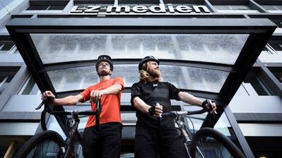 Die beidenJournalisten Urs-Ueli Schorno (links) und Raphael Zemp kurz vor dem Start  zur Tour de Lucerne.(Bild: JakobIneichen (Luzern, 17.07.2018))