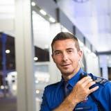 Stadtpolizist Franz Arnold auf Streife am Bahnhof St.Gallen.(Bild: Ralph Ribi)