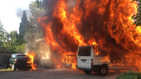 Die Autos wurden ein Raub der Flammen (Bild: Luzerner Polizei)