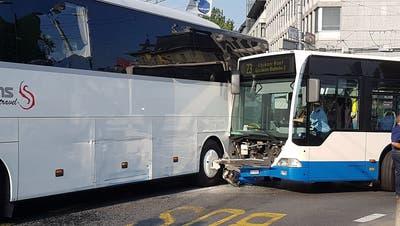 Bild der beiden Busse, im Hintergrund das UBS-Gebäude. (Bild: Simon Mathis).