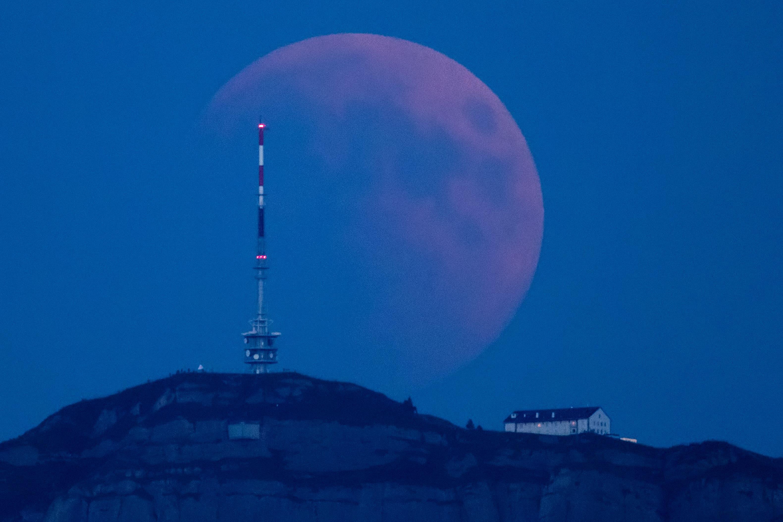 Mondfinsternis um 21:37 Uhr hinter Rigi Kulm, fotografiert von Eschenbach. (Bild: Philipp Schmidli)