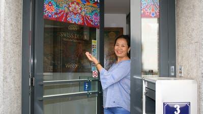 Si Dewa öffnet die Tür zum «Swiss Dewa» an der Ledergasse. (Bild: Sandra Ziegler (Luzern, 27. Juli 2018))