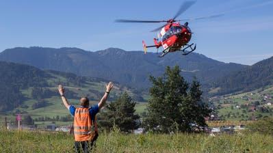 Der Rettungshelikopter der Rega bei der Landung in Unterägeri. (Bild: PD/Zuger Polizei (27. Juli 2018))