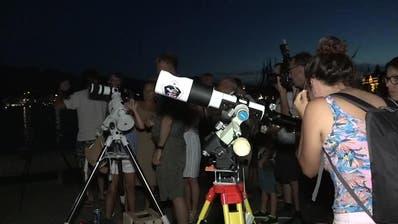 Schaulustige erleben die Mondfinsternisin Luzern