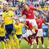 Kein Durchkommen für die Schweiz: Josip Drmic (rechts) springt im Kopfballduell mit Ola Toivonen vergeblich in die Luft. Bild: Laurent Gillieron/Keystone (St. Petersburg, 3. Juli 2018)