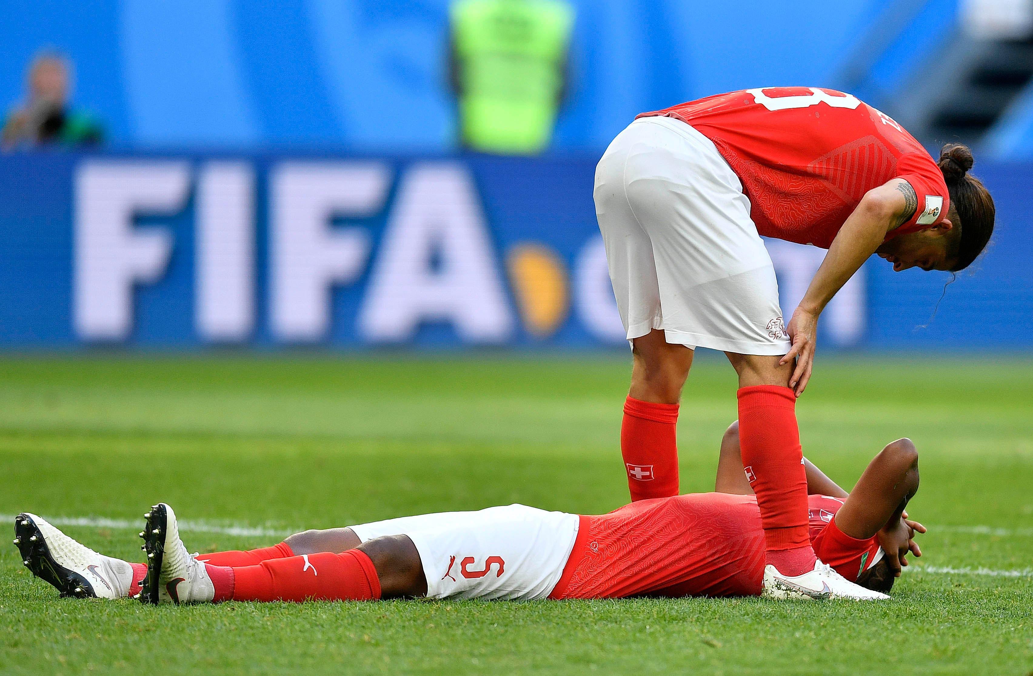 Enttäuschung bei Ricardo Rodriguez (oben) und Manuel Akanji (Bild: Martin Meissner / AP)