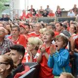 Bange Minuten für die Fans in den letzten Spielminuten auf der Buchser Fanmeile. (Bild: Corinne Hanselmann)