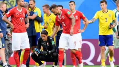 Enttäuschung nach dem Spiel bei ValonBehrami,Yann Sommer, Haris Seferovic undGranit Xhaka (Bild: Laurent Gilliéron / Keystone (St. Petersburg, 3. Juli 2018))