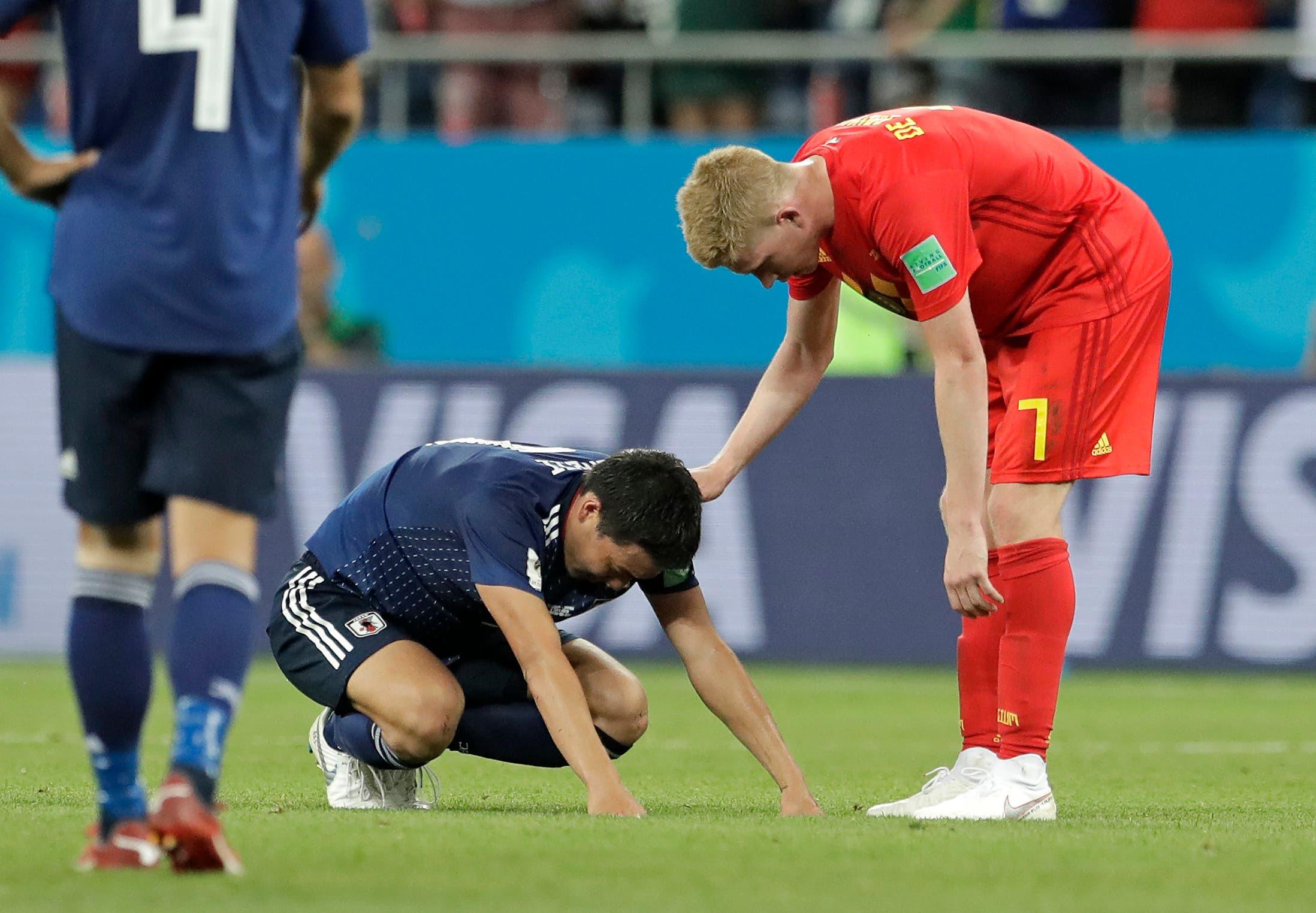 Belgiens Kevin De Bruyne tröstet einen japanischen Spieler nach dem Achtelfinal, den Belgien gewonnen hat.  (Bild: AP Photo/Petr David Josek, Rostov-on-Don, 2. Juli 2018)