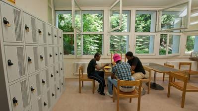 Blick in die Gemeinschaftsküche des AsylzentrumsHirschpark in Luzern. Das Zentrum ist eines von dreien, die Ende 2018 schliessen werden. (Bild: Domink Wunderli, 10. Juni 2014)