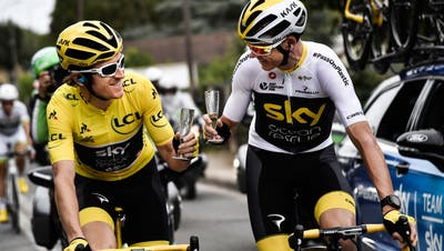Stossen mit Champagner an: Toursieger Geraint Thomas (links) und sein Vorgänger Chris Froome. Bild: Marco Bertorello/EPA (Paris, 29. Juli 2018)