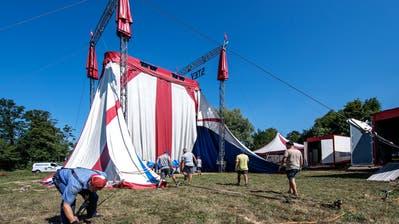 Aufbauarbeiten des Zirkus Stey bei der Seevogtey in Sempach. (Bild: Pius Amrein, 30. Juli 2018)