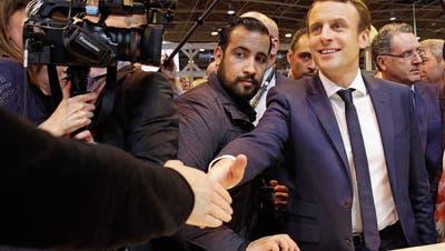 Emmanuel Macron (rechts) zählte schon während des Präsidentschaftswahlkampfs 2017 auf Bodyquard Alexandre Benalla (links). (Bild: Christophe Ena/AP; Paris, 1. März 2017)