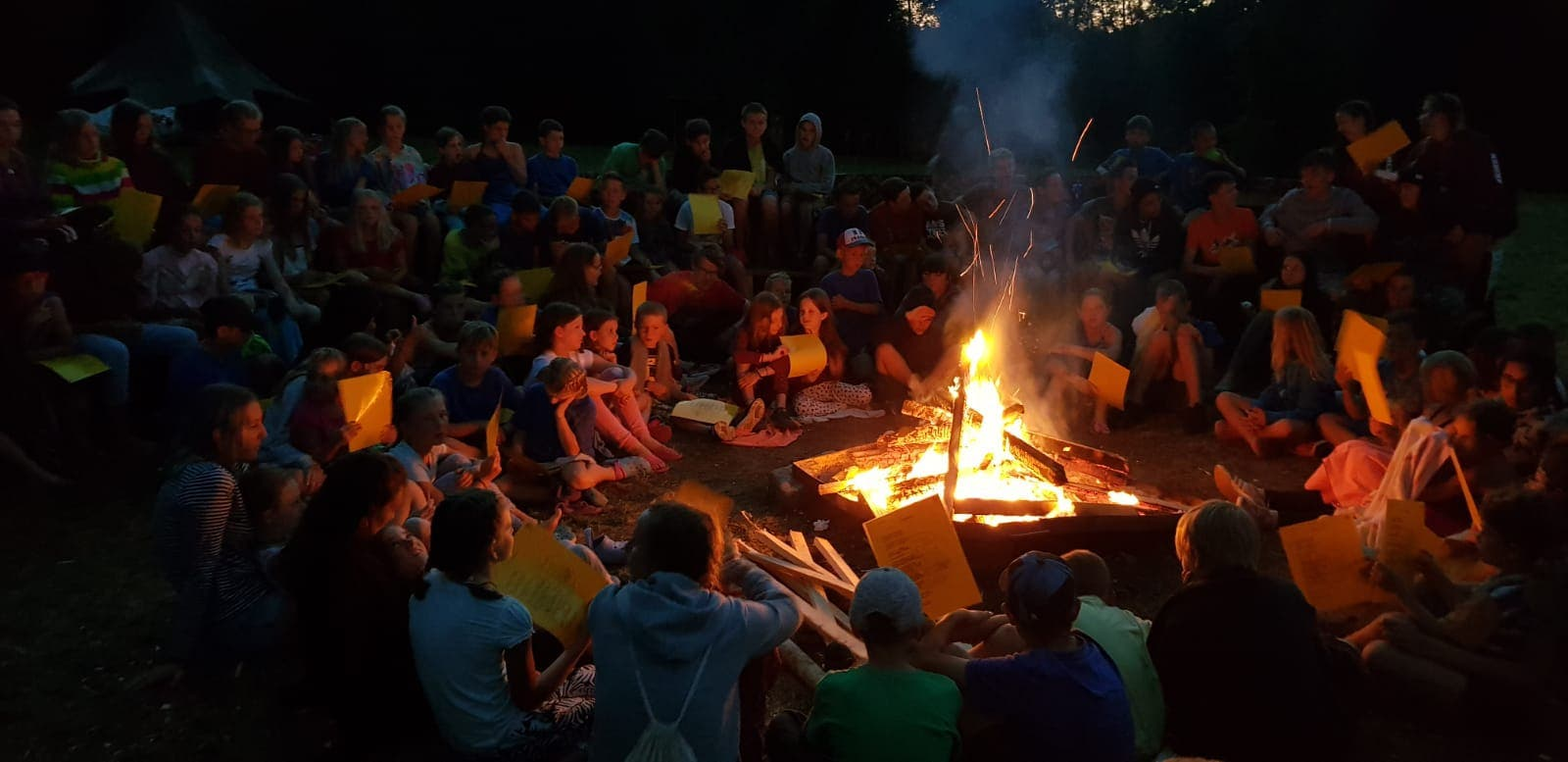 Darf in keinem Lager fehlen: das Lagerfeuer, hier von der Jubla Riffig Emmenbrücke. (Lagerbild: Jubla Riffig, Bazenheid 28. Juli 2018)