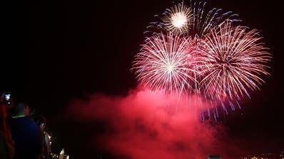 Das grosseFeuerwerkauf dem Urnersee in Flüelen findet trotz Feuerverbot am Dienstagabend statt. (Bild: Manuela Jans, Flüelen, 31. Juli 2014)