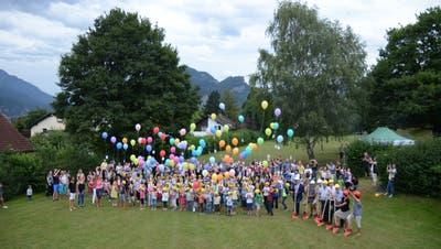 Die Schüler des Schulhauses Feld liessen Luftballons mit Zeichnungen, Wünschen und Gedanken zum neuen Schulhaus Feld in die Luft steigen. (Bild: Jessica Nigg)