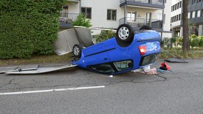 Auf dem Dach liegend ist das Auto zum Stillstand gekommen. (Bild: Luzerner Polizei, Emmenbrücke, 3. Juli 2018)