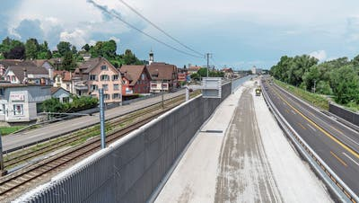 Flüsterbelag und eine absorbierende, bis zu sechs Meter hohe Wand: Rheineck will sich gegen den Autobahnlärm schützen. Bis Ende Jahr dominiert aber noch der Baustellenlärm. (Bilder: Tino Dietsche)