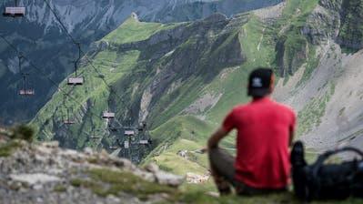 Blick auf den Sessellift welcher vom Rothorn zum Eisee führt. Die Bergbahnen Sörenberg gehen nun über die Bücher. (Bild: Pius Amrein,3. August 2017)