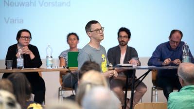 Der bestehende Vorstand unter Vizepräsidentin Sabrina Suter (gestreiftes Oberteil) bleibt vorläufig im Amt. Im Bild vorne zu sehen ist Ex-Präsident Roman Steiner.(Bild: Pius Amrein (Luzern, 5. Juli 2018)).