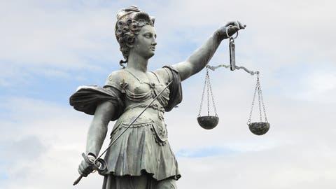 Bevor Justitia nicht über die Beschwerde befunden hat, ist in der Kathi-Frage kein Fortschritt zu erwarten. (Bild: Stefan Welz / Fotolia)