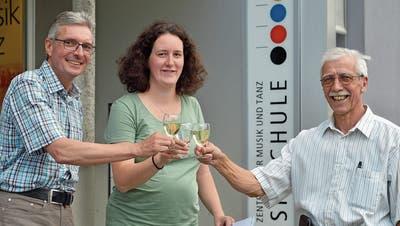 Musikschulleiter Andreas Schweizer stösst mit den Vereinspräsidenten Christina Schönholzer und Felix Weder auf die Zusammenarbeit an. (Bild: Mario Testa)