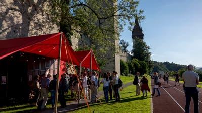 Sommerliche Festivalstimmung vor dem Fahrieté. (Bild: Micha Eicher/ scharfsinn.ch)