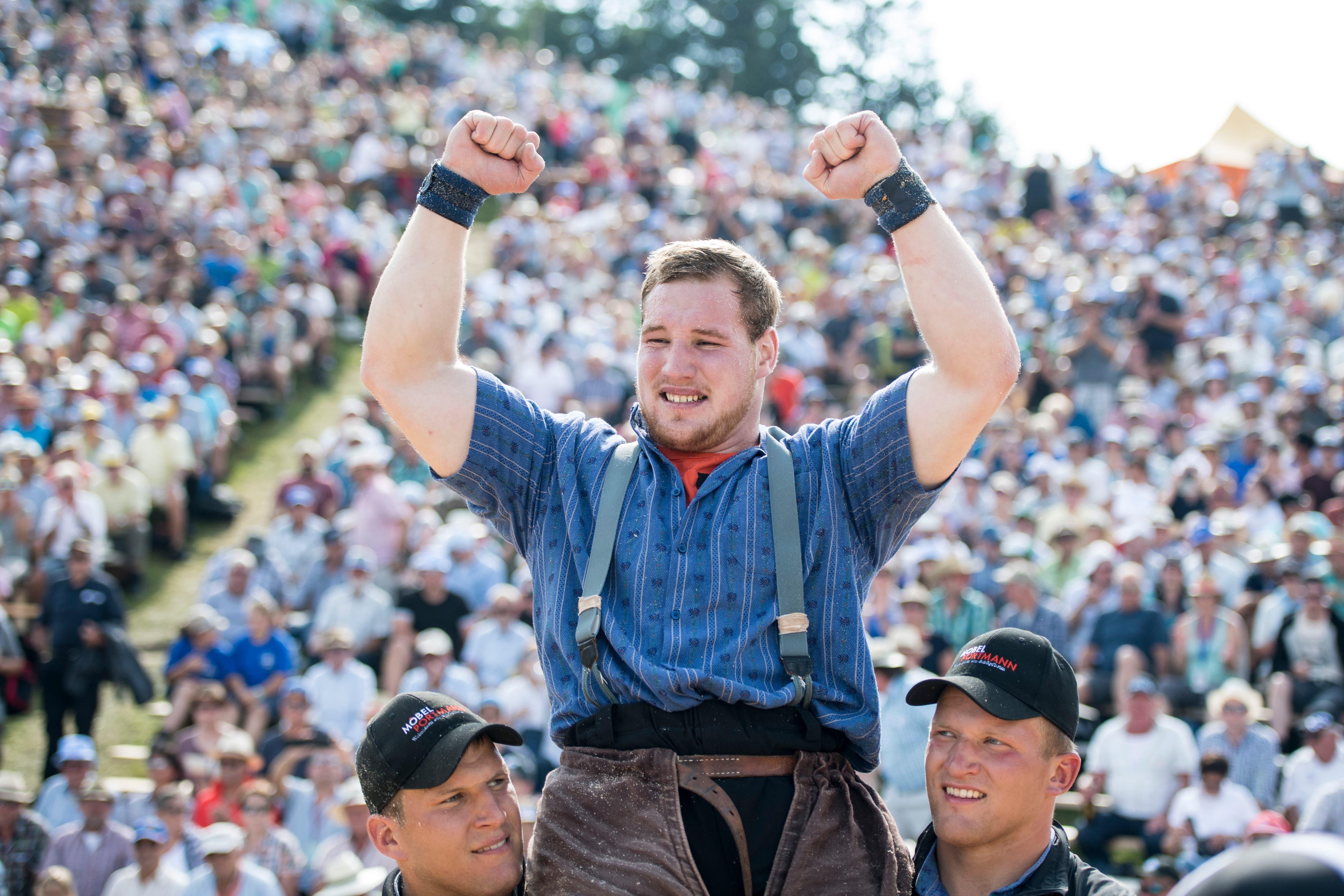 Joel Wicki feiert seinen Sieg gegen Armon Orlik. (Bild: Urs Flüeler/Keystone (Rigi, 8. Juli 2008))