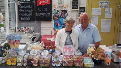 Seit April stehen Blanca und Gidi Gehr hinter dem Tresen des Badi-Restaurants in Degersheim. Unterstützung erhalten sie von einem fünfköpfigen Team. (Bilder: Angelina Donati)